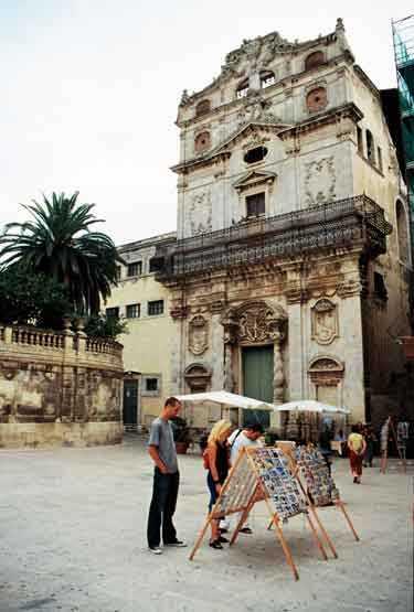 I Lucias egen hemstad Siracusa på Sicilien kan du besöka Luciakyrkan La Chiesa di Santa Lucia. Staden hyllar det katolska helgonet med att bära en skulptur av henne genom gränderna.