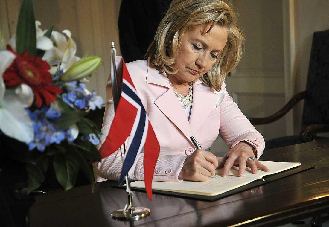 Även Hillary Clinton tog sig tid för att beklaga det som hänt i Norge.