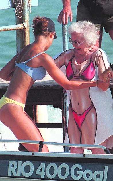 Lilian har nära till humorn. Här skojar hon med Victoria i Saint Tropez 1997.