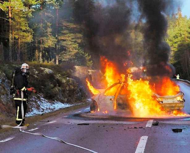 eldhav Annelies Citroën förvandlades till ett bolmande eldhav bara sekunder efter att Peter Bodefalk och Mikael Hidsjö fått ut henne ur vraket. Autentisk bild.