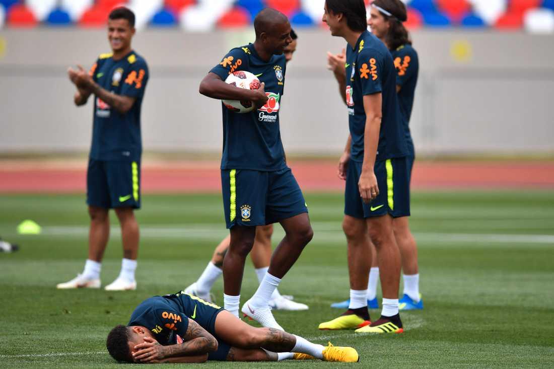 Neymar bjuder på sig själv på Brasiliens träning.