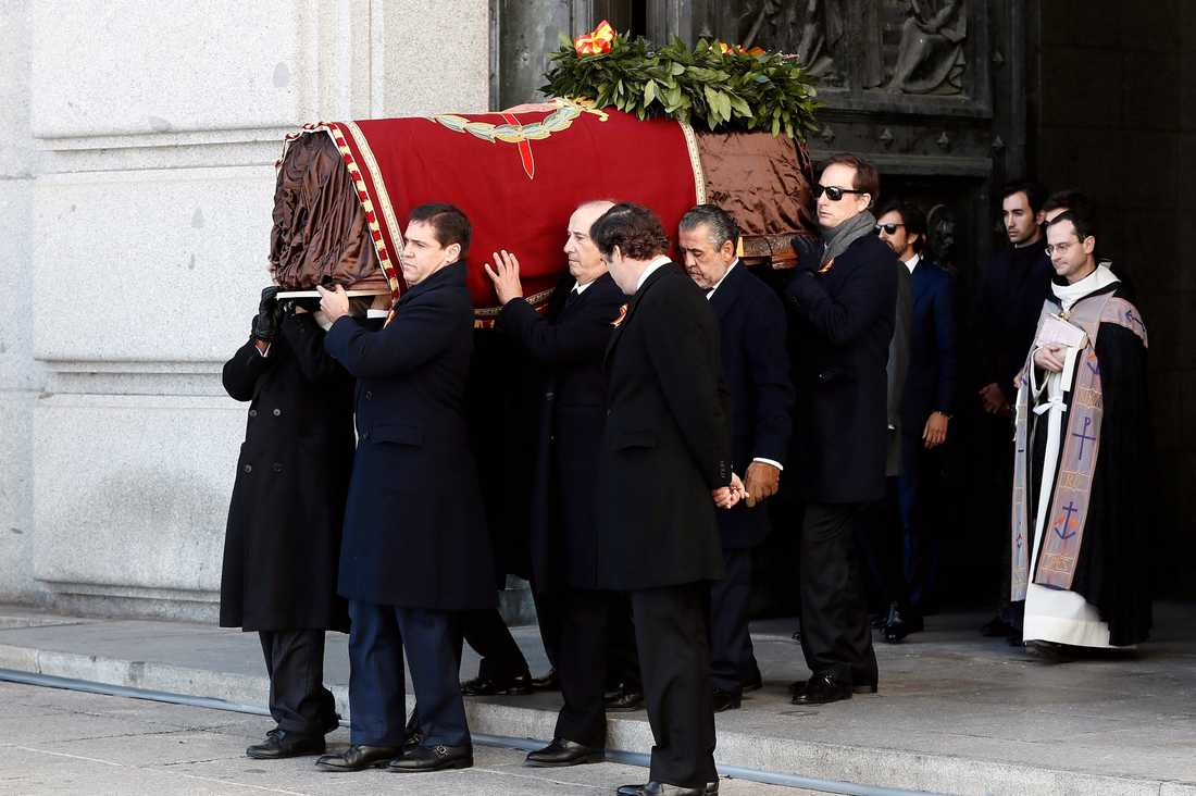 Francisco Francos släktingar bär ut den tidigare diktatorns kista ur mausoleet De stupades dal.