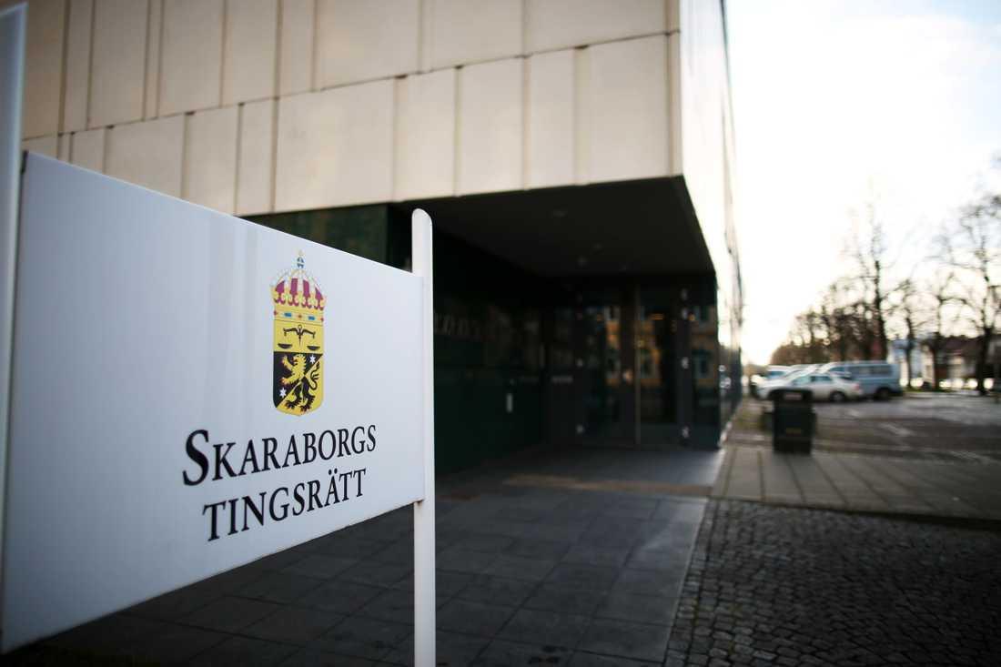 Två män döms av Skaraborgs tingsrätt till tre års fängelse för bland annat människorov och utpressning. En tredje man fick två års fängelse för samma brott. Arkivbild.