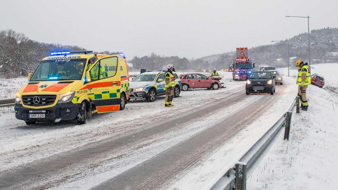 Två bilar har krockat på Marstrandsvägen i Ytterby utanför Kungälv.