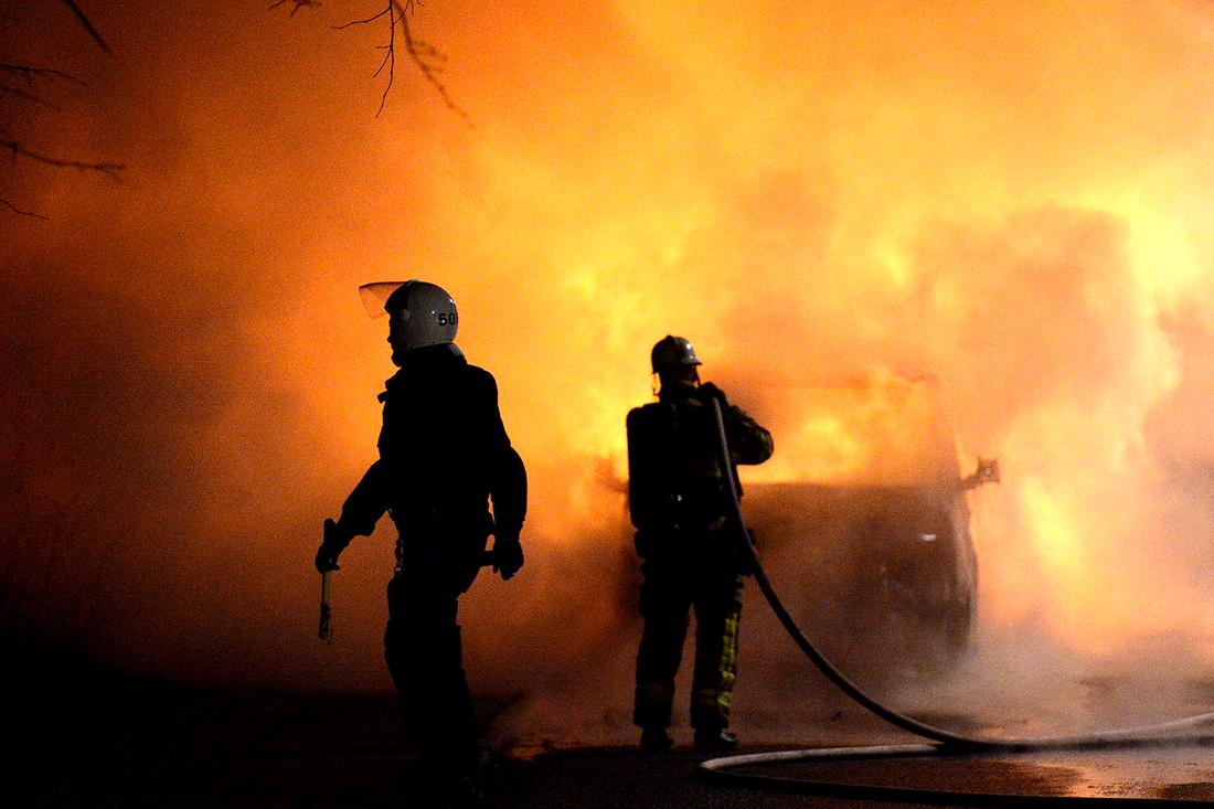 Brandmän släcker en bilbrand.