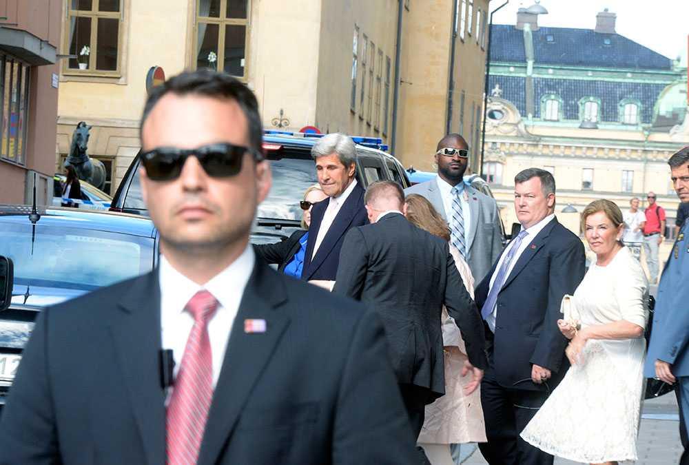 John Kerry smög ut bakvägen från hotellet.