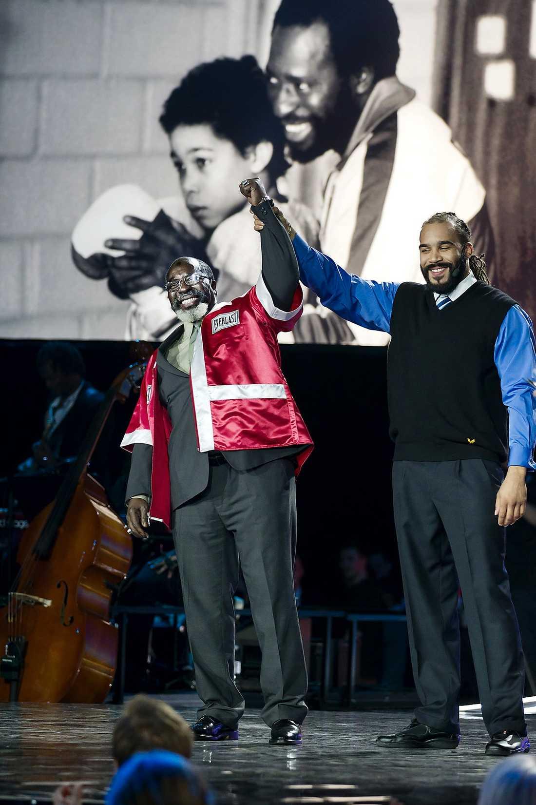 """CHOCK NUMMER 2  Inte nog med att """"Dallas"""" vann pris för sin livsgärning. Proffsboxaren Ismael Koné dök upp för att hedra sin gamla tränare."""