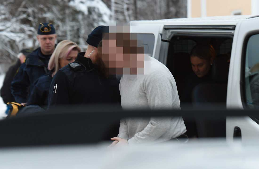 Den misstänkte anländer till tingsrätten i Hudiksvall på fredagen.