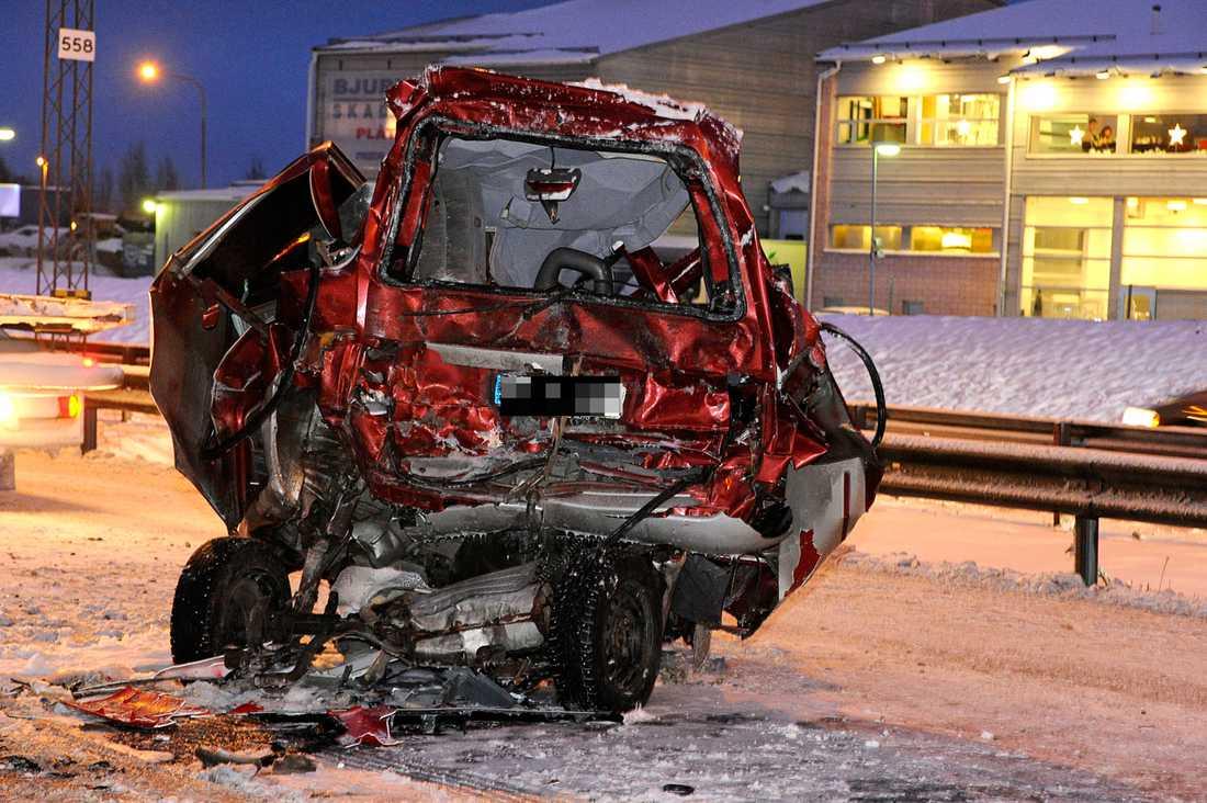 E 4 stängdes av i en och en halv timme i södergående fil sedan personbilen praktiskt taget krossats i krocken med en lastbil.