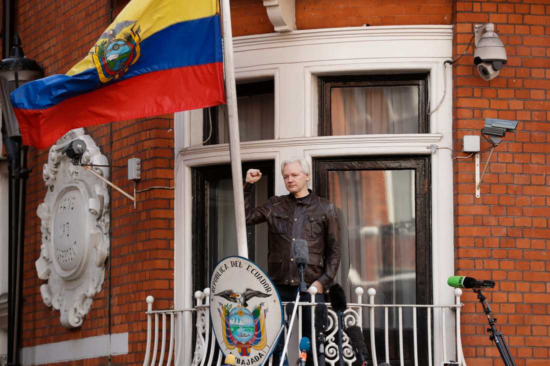 Julian Assange på ambassadens balkong. Arkivbild från maj 2017.