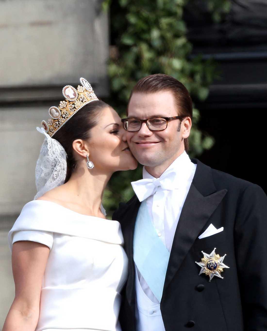 HITTADE RÄTT Kronprinsessan Victoria pussar sin prins Daniel.