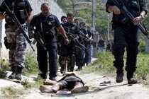 12 personer omkom när polisen slog till mot ett slumområde i Rio de Janeiro.