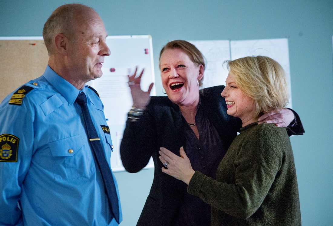 Anna Bjelkerud spelar en lokal åklagare. I första tagningen säger hon sin replik för tidigt, och både hon och Helena Bergström får ett fnissanfall.