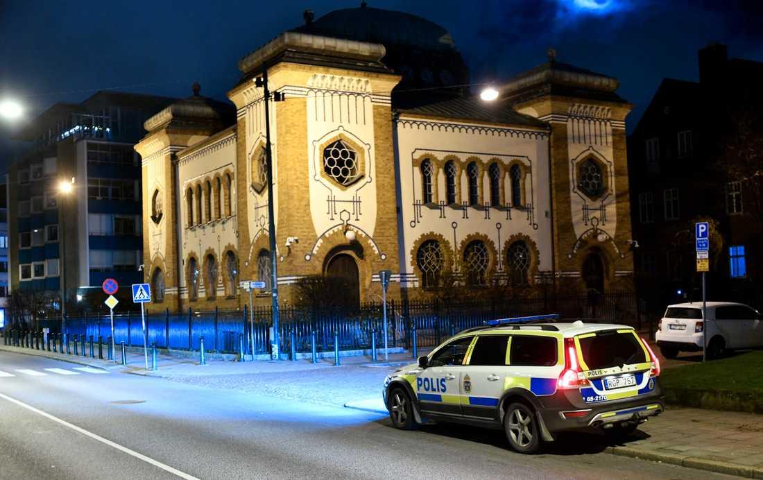 Synagogan i Malmö under bevakning.