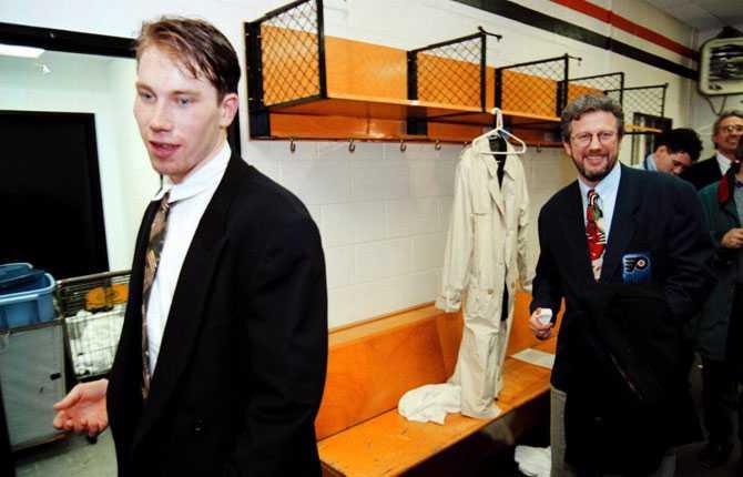 LÄTTAD Peter liksom pappa Kent var lättade när de lämnade omklädningsrummet efter NHL-debuten.