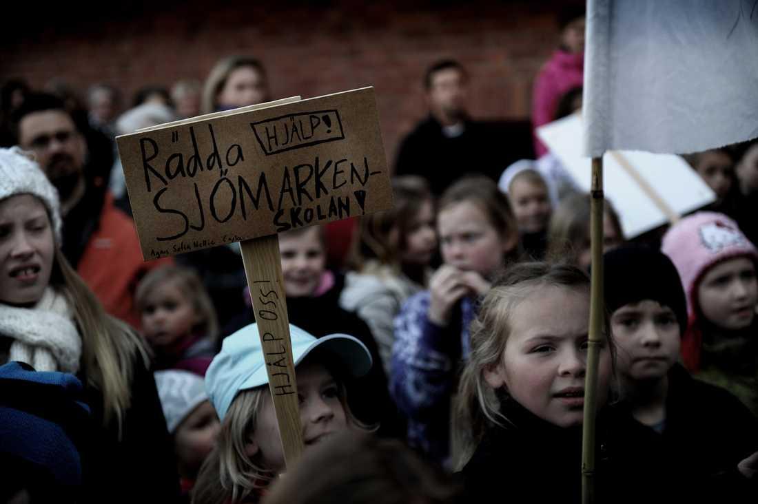 Under våren 2011 sprider sig upproren som en löpeld över landet. Här protesterar elever och föräldrar i Borås mot kommunens nedskärningar i skolan.