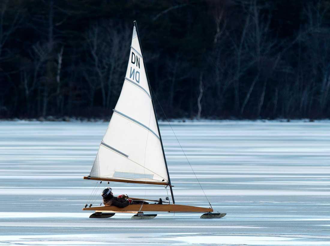 Årets EM och VM i isjaktssegling hålls i Orsa. På bild en isjaktsseglare på Lake Micmac i Kanada.