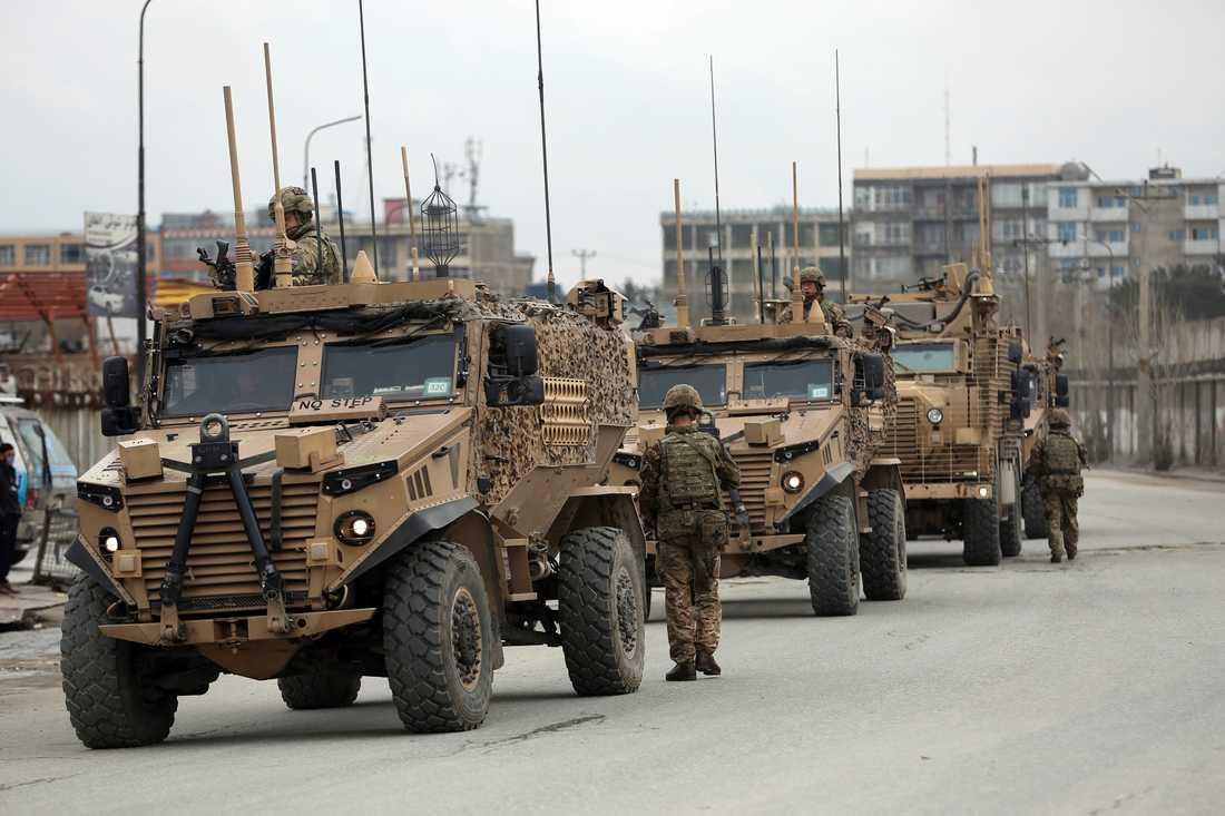 Nato-styrkor anländer till platsen där attacken skedde i centrala Kabul på onsdagen.