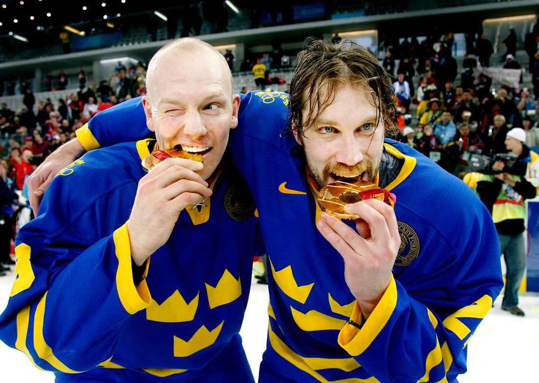 En klassisk bild på Mats Sundin och Peter Forsberg efter OS-guldet i Turin 2006.