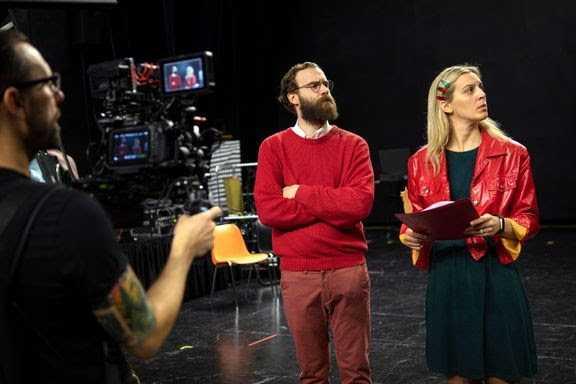 """""""Julfesten"""" heter Uppsala stadsteaters digitala humorserie i 24 delar. Av och med Linda Kulle och Per Wickström. Pressbild."""