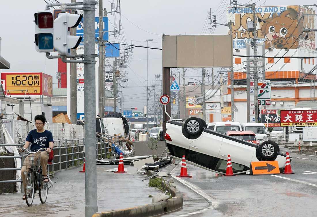 En upp och nedvänd bil på gatan i Ozu, Ehime Prefecture, Japan.