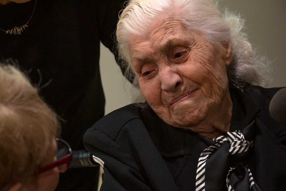 Med risk för eget liv gömde Melpomeni Dina en judisk familj på sex personer under flera år i sitt hem i Grekland under andra världskriget.