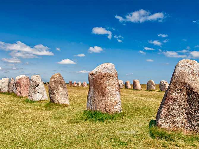 Ale stenar. Detta arkeologiska fyndet tror man kan vara en skeppssättning från yngre järnåldern.