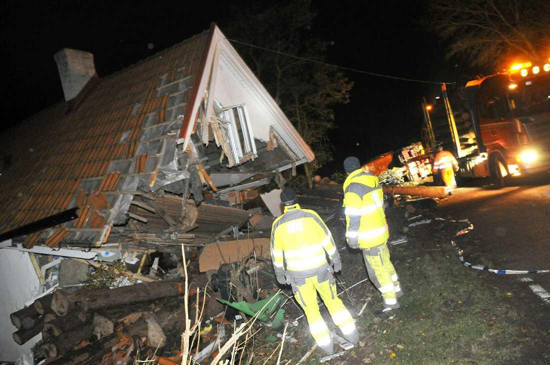 Timmerbilen demolerade villan fullständigt. Chauffören dog i kraschen.