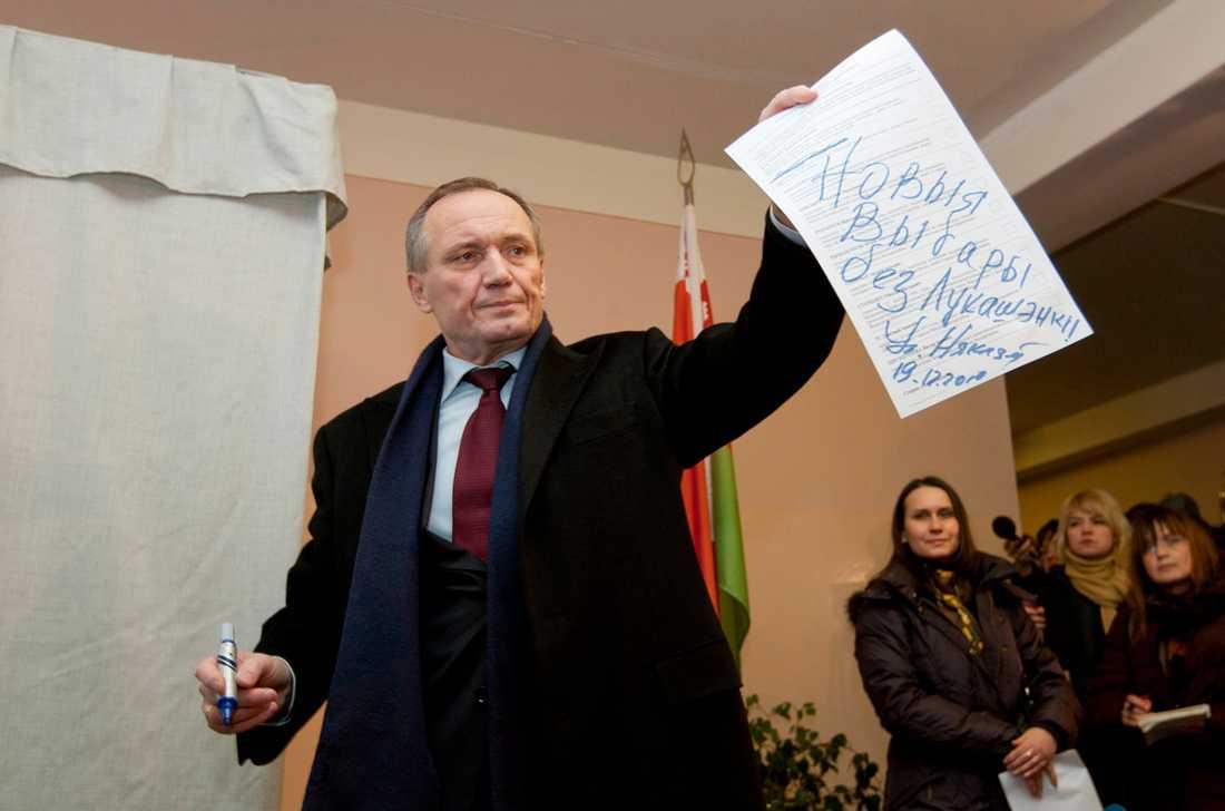 Oppositionsledaren Vladimir Nekljajev efter att han vägrat rösta på söndagen. I stället uppmanade han sina anhängare att protestera mot valet.