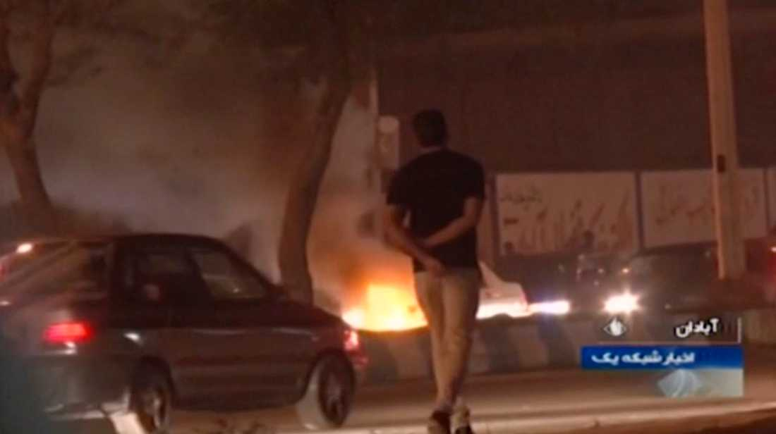 En stillbild från den statliga tv-kanalen Irib visar en mindre eld som anlagts av demonstranter i staden Abadan på lördagen.