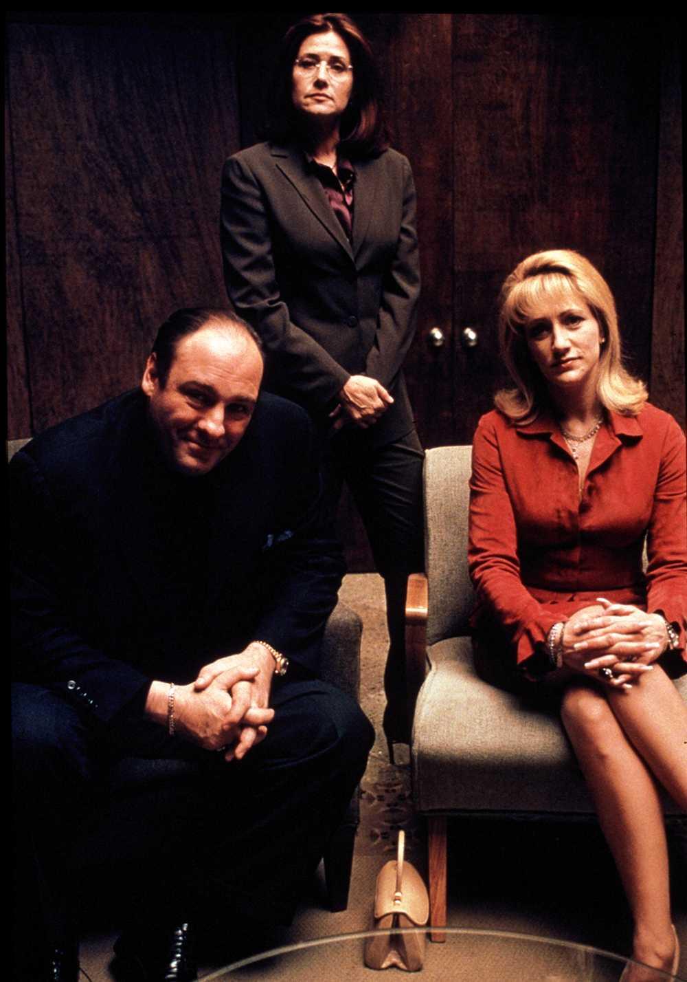 Tony Soprano med hustrun, spelad av Edie Falco och terapeuten, spelad av Lorraine Bracco. Serien kretsar kring maffiabossens terapibesök.