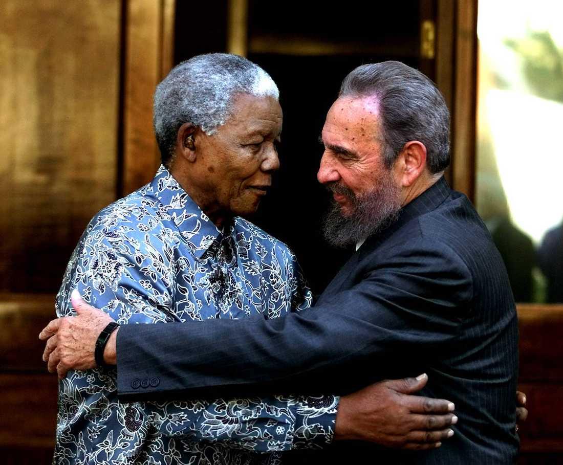Nelson Mandela får en kram av Kubas dåvarande ledare Fidel Castro i september 2001. Castro besökte Mandela efter att ha deltagit i en FN-konferens mot rasism i Durban.