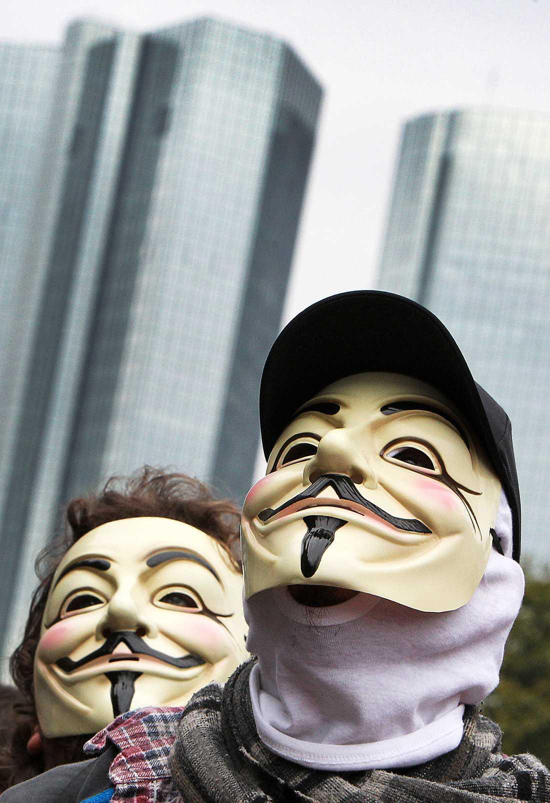 """A FOR ANONYMOUS Guy Fawkes-masken från filmen """"V for Vendetta"""" har blivit symbolen för Anonymous och används flitigt av Occupy Wall street-rörelsen – här utanför Deutsche Bank i Frankfurt i slutet av oktober."""
