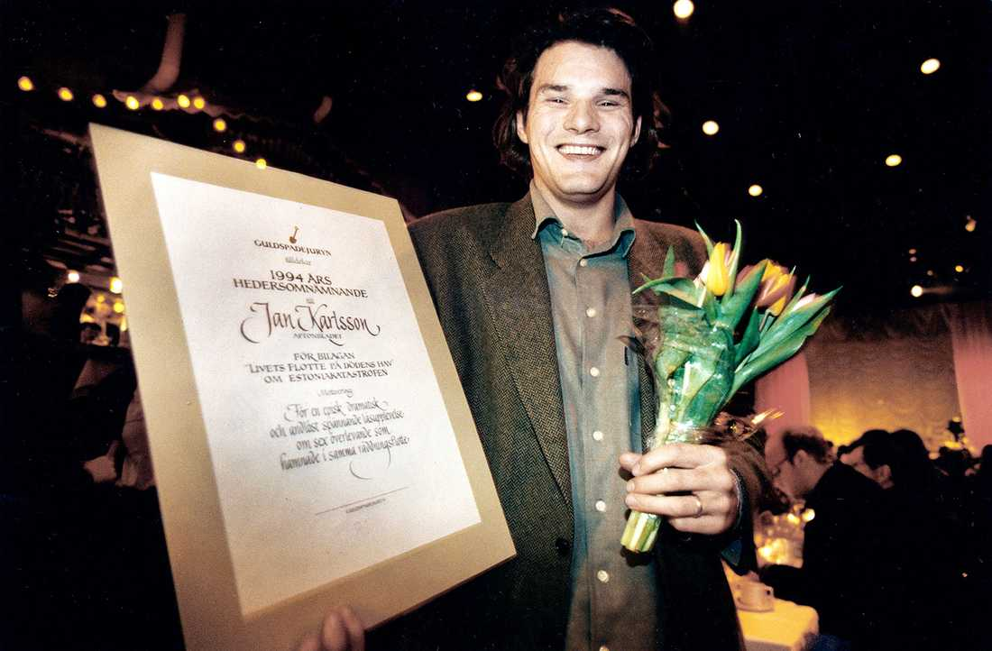 """Jan Helin (tidigare Karlsson) fick ett hedersomnämnade av Guldspadejuryn 1994 för """"Livets flotte på dödens hav"""" om Estoniakatastrofen."""