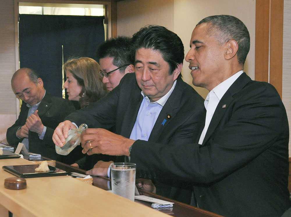 """Fisk och sprit Japans premiärminister förser Obama med Sake. De två världsledarna avnjöt också """"världens bästa sushi"""", på restaurangen Sukibayashi Jiro i Tokyo."""