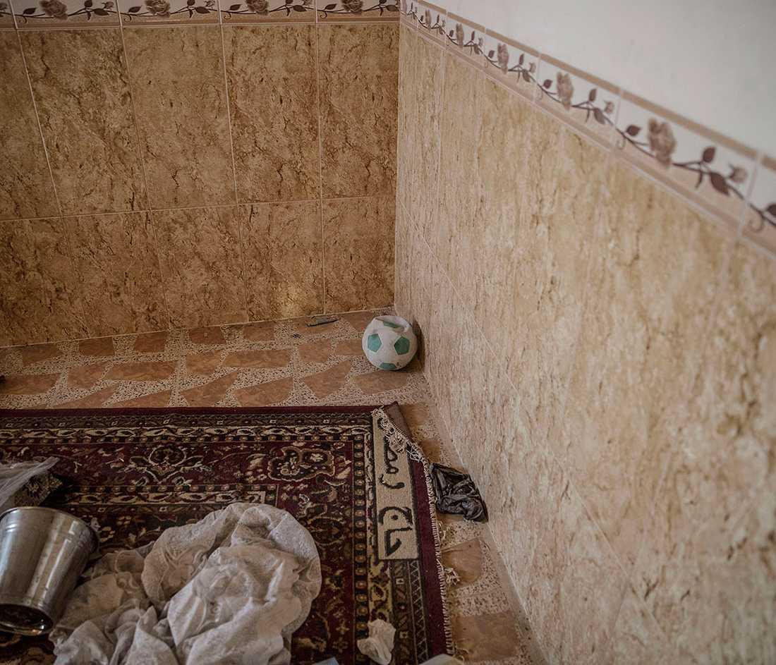 Prylar ligger utspridda i ett hus som nyss återtagits från IS.