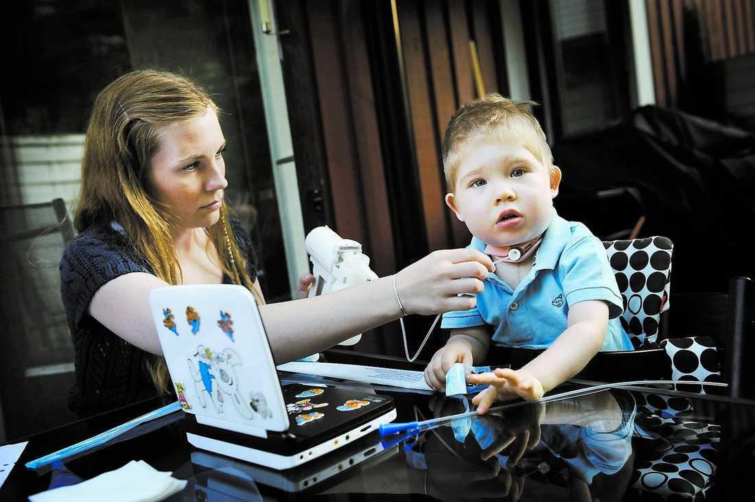 """föddes med fel på luftstrupen Theo, 20 månader föddes med en missbildning på luftstrupen och behöver tillsyn dygnet runt. Utan trakeostomin–öppningen på halsen–kan han inte andas. """"Man ringer till 112 för att få hjälp, då väntar man sig att det kommer en ambulans. Vi har mått jättedåligt. Vad händer nästa gång Theo behöver hjälp?"""" frågar sig hans mamma Annika Högberg, 27."""
