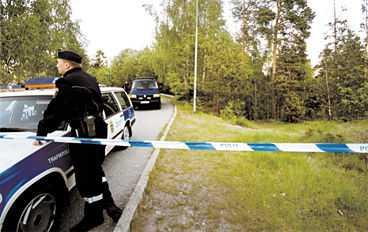 HÄR HITTADES POJKEN Den 11-årige pojken hittades mördad bara någon meter från trafikera- de vägar i ett tätbebyggt bostadsområde utanför Södertälje. Många barn lekte i närheten. Polisen har hittat mordvapnet   en sax. En ung pojke förhördes i går kväll och i natt pågick teknisk undersökning i hans hem.