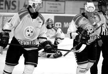 """BRYN...ÄSCH! Pär Djoos och Henrik Rehnberg tv) får symbolisera Brynäs tunga start i elitserien. Men Sportbladets ishockeyexpert Mats Wennerholm tycker bara att det är kul att det finns nerv och dramatik i elitserien redan nu. """"Det hade aldrig hänt med en stängd liga"""", skriver han."""