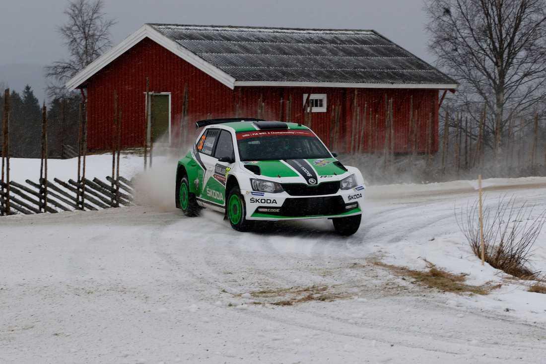Pontus Tidemand är 28,3 sekunder efter ledande Elfyn Evans i WRC2.