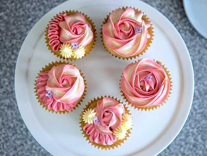 Cupcakes med citron, hallon och vit choklad.