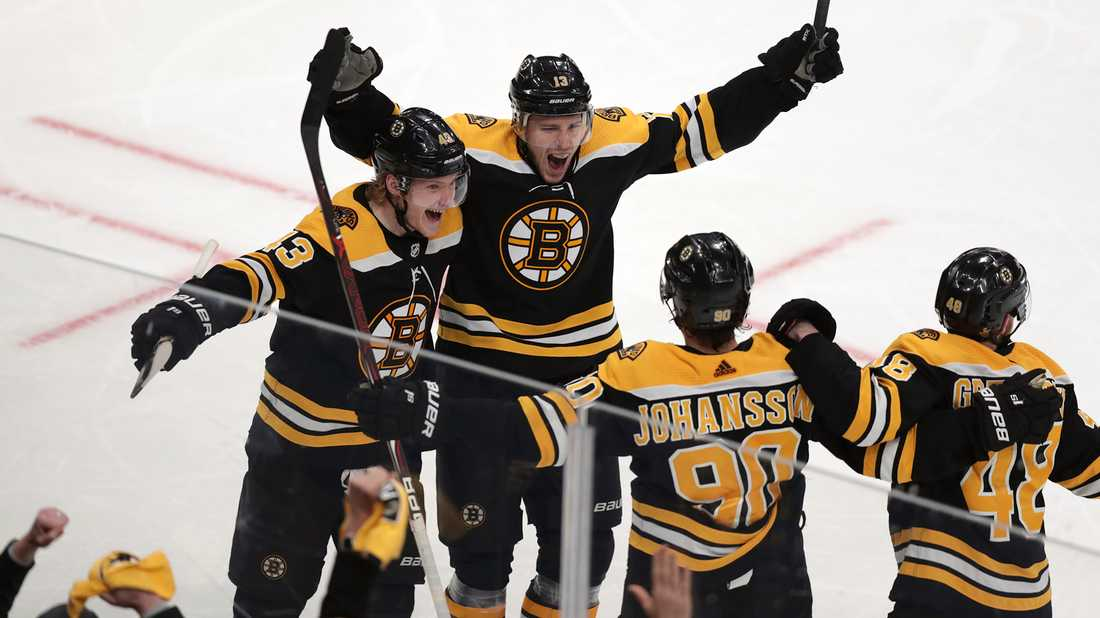 Boston Bruins center Charlie Coyle jublar efter avgörande målet