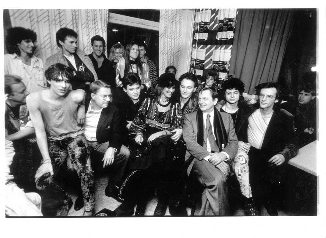 Olof Palme och dåtidens svenska artistelit under en insamling till stöd för ANC i Sydafrika, november 1985.