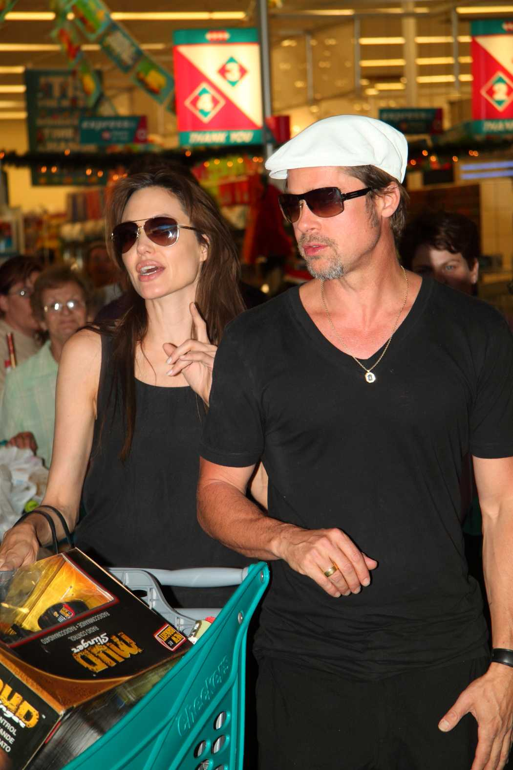 JUL I NAMIBIA Angelina Jolie och Brad Pitt julshoppar i Namibia.