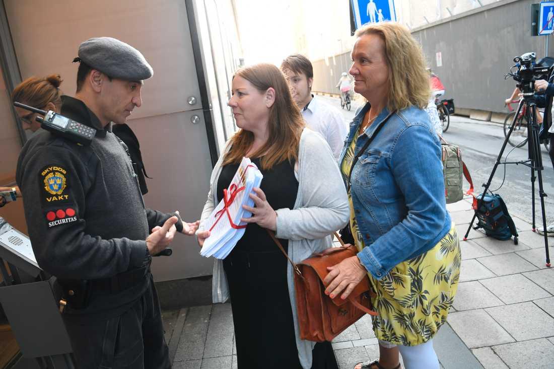 Undersköterskorna Mari Viberg och Jenny Klingstam på väg in till Socialdempardementet för att lämna över sin namninsamling Undersköterskeuppropet till socialminster Lena Hallengren.