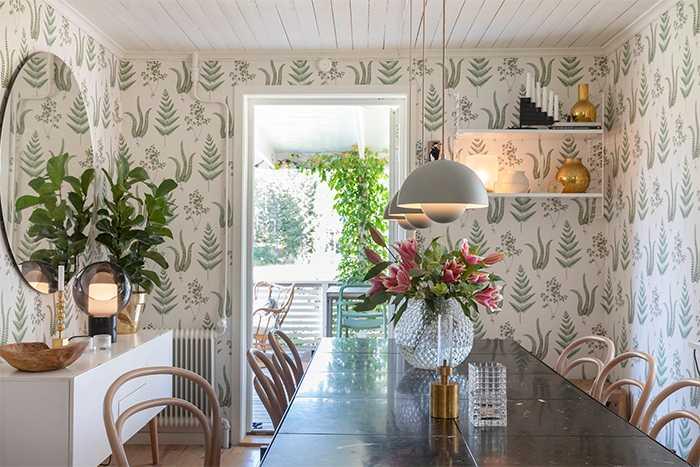 I matrummet står matbord från Handverk med tre taklampor Flowerpot över. Stolarna är av Thonetmodell. Vasen på bordet kommer från Svenskt tenn och heter Dagg.