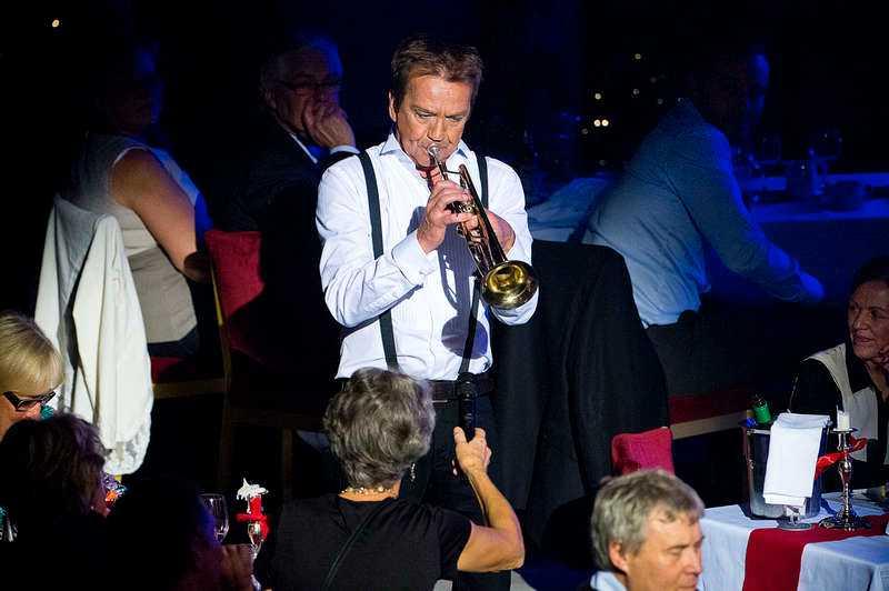 """FULLT BLÅS  Björn Skifs tar sig ner från scen och spelar trumpet till publikens stora förtjusning. """"Rakt igenom är det energi och ös. Dans och elegans. Innerlighet. Humor"""", skriver Nöjesbladets Jens Peterson om showen på Grand Hôtel i Stockholm."""
