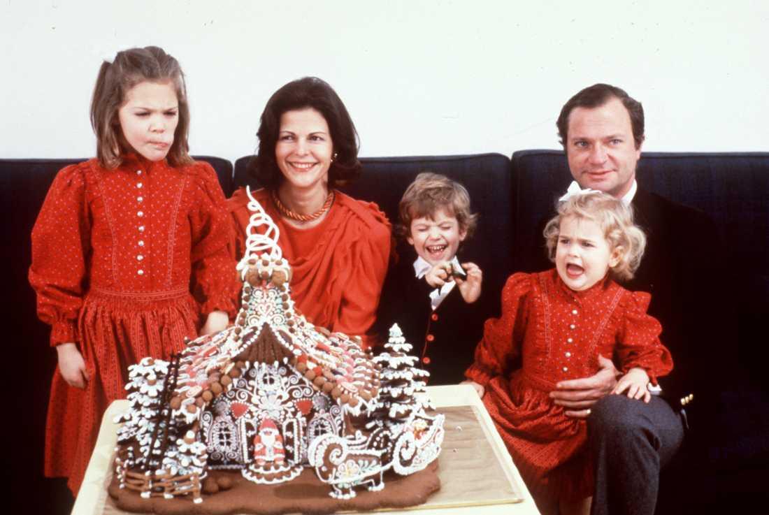 Kronprinsessan Victoria, drottning Silvia, prins Carl Philip, prinsessan Madeleine och kung Carl Gustaf under julfirandet 1984. Arkivbild.