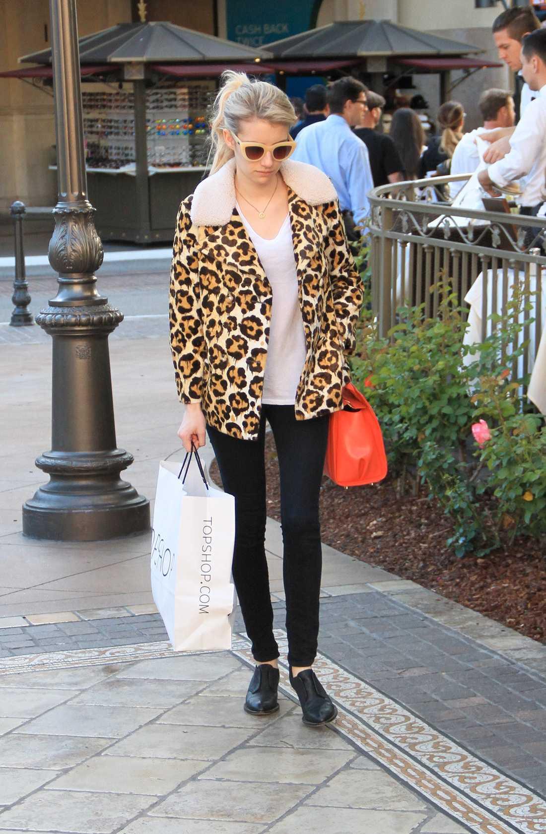 Emma Roberts Emma får till en kul vardagslook med sin leopardmönstrade jacka och röda väska.
