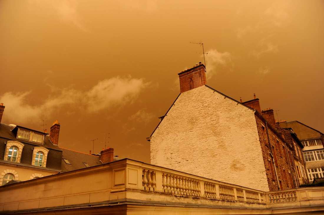 Rennes, västra Frankrike där himlen färgades gul på måndagen.